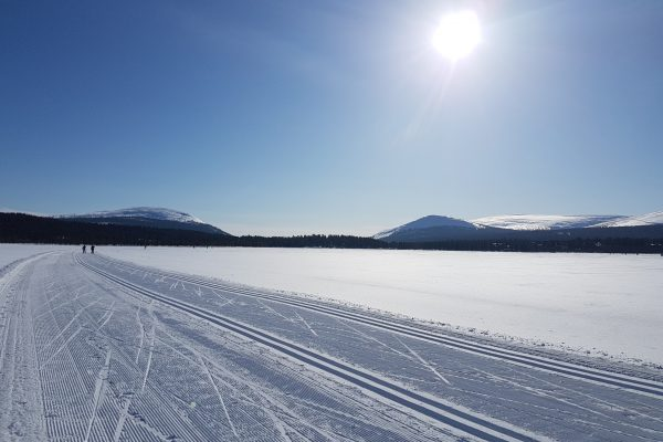 Cross-country skiing at the lake Äkäslompolo